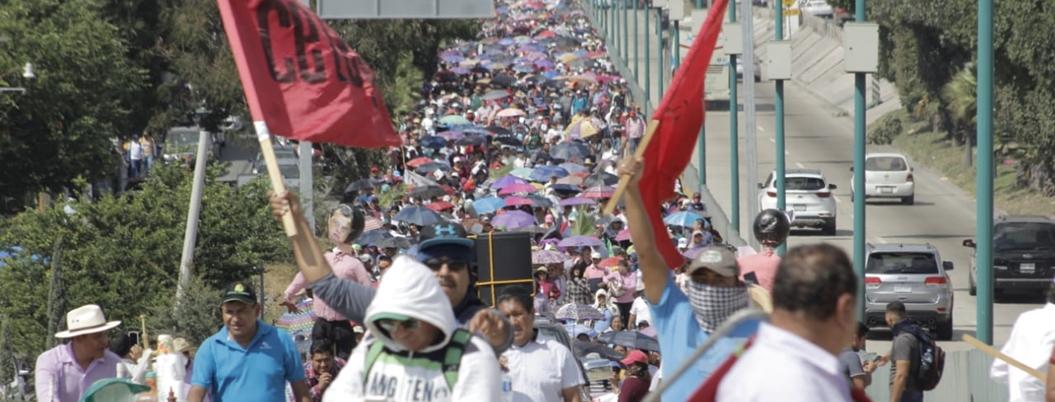 Bloquean la autopista del Sol miles de maestros de la CETEG contra Peña