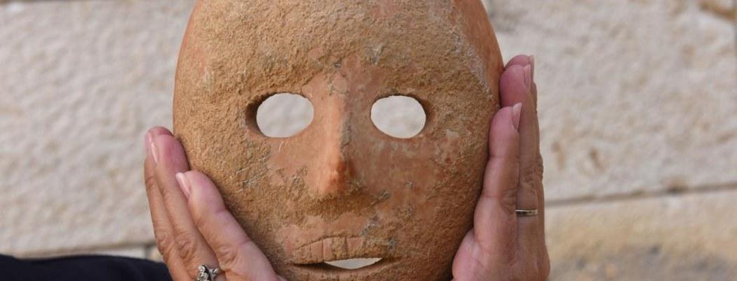 Encuentran mascara de piedra de 9 mil años de antigüedad
