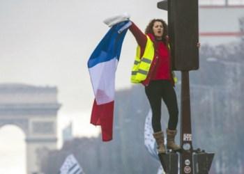 """Chalecos amarillos"" continúan protestas en París 2"