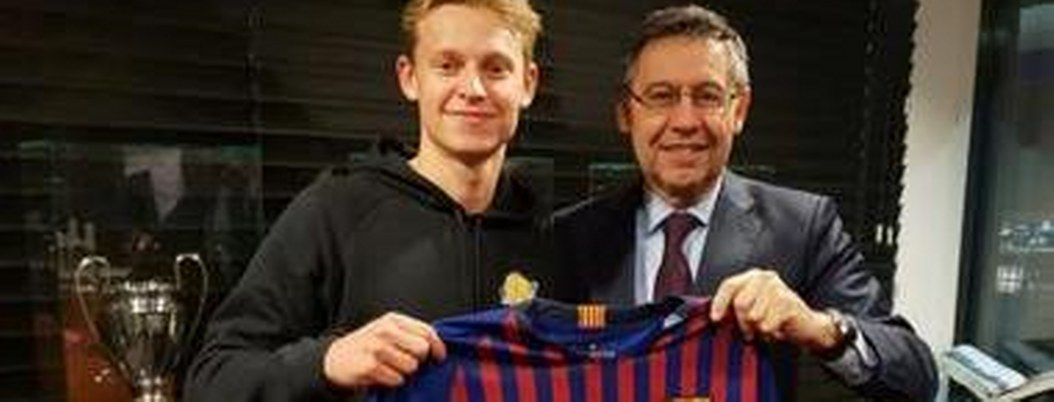 Frenkie de Jong firma con el Barcelona; fichará hasta 2024