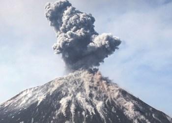 Alertan por nuevas erupciones de volcán Anak Krakatoa en Indonesia 2