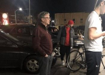 """Hasta Bill Gates """"hace cola"""" por hamburgesas; lo captan esperando 1"""