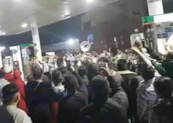 Michoacanos arman fiesta mientras esperan gasolina   VIDEO 2
