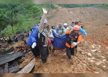 Alud de tierra sepulta casas en Indonesia; 31 muertos 8