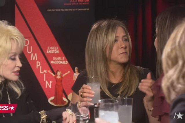 "Jennifer Aniston besa de ""piquito"" a  Sandra Bullock en entrevista"