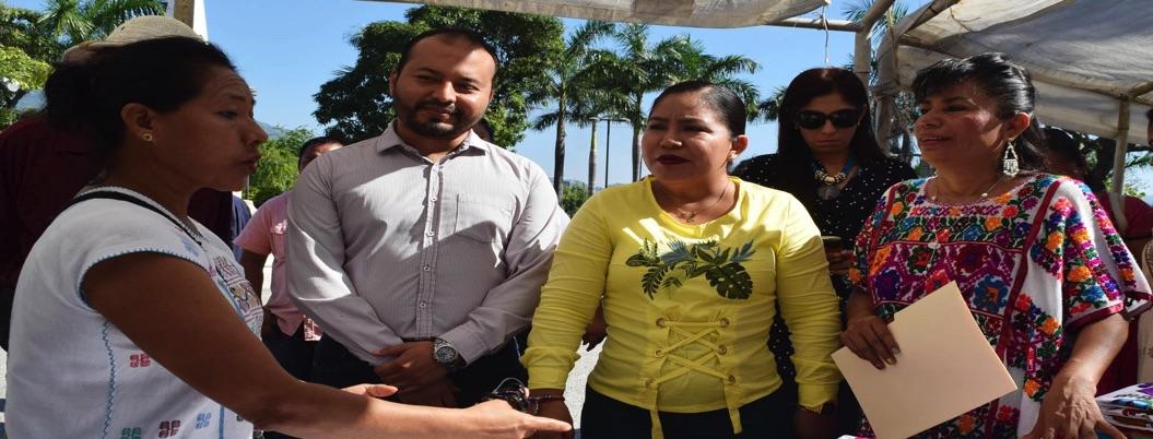 Indígenas radicados en Acapulco muestran sus artesanías al turismo