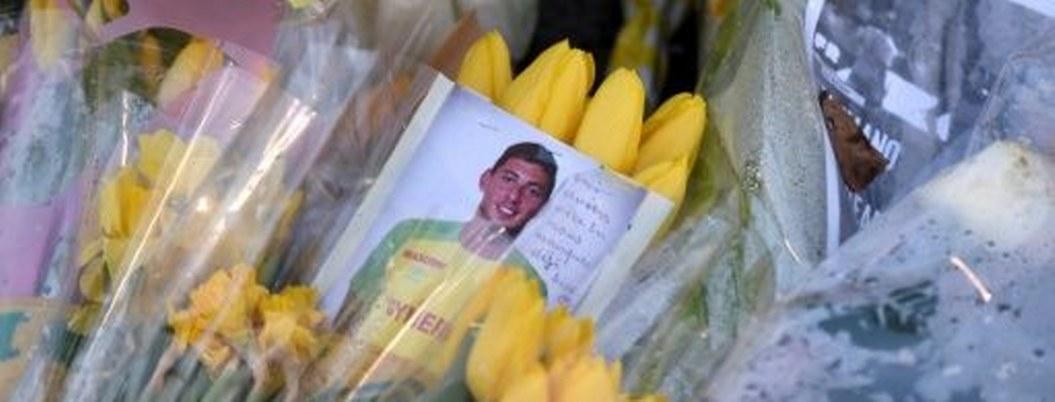 """Familia de Sala """"comienza duelo""""; futbol rinde homenaje al argentino"""