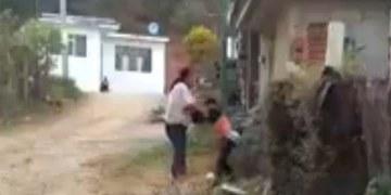 madre golpea a su hijo