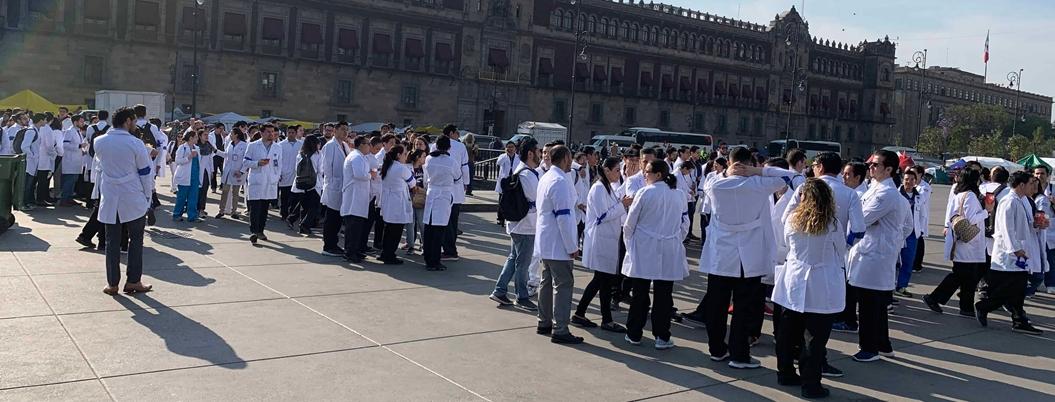 AMLO delega demanda de salarios caídos de médicos residentes