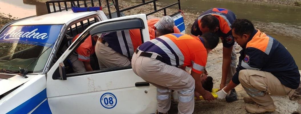 Camioneta de transporte público cae al río Tlapaneco; hay un herido
