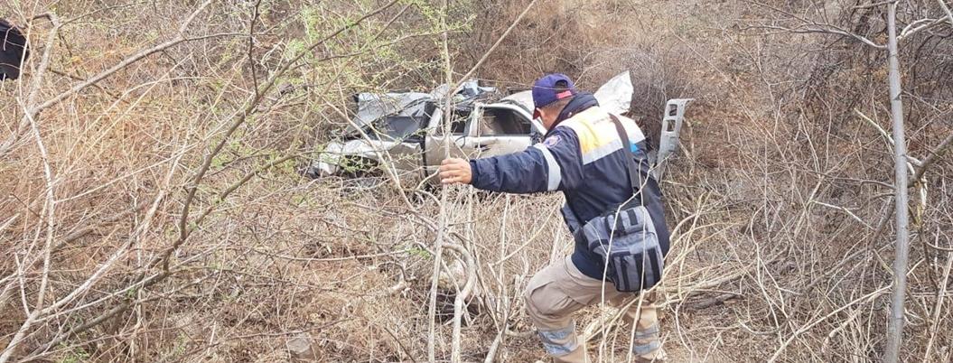 Mueren tres por volcadura de camioneta en Montaña de Guerrero