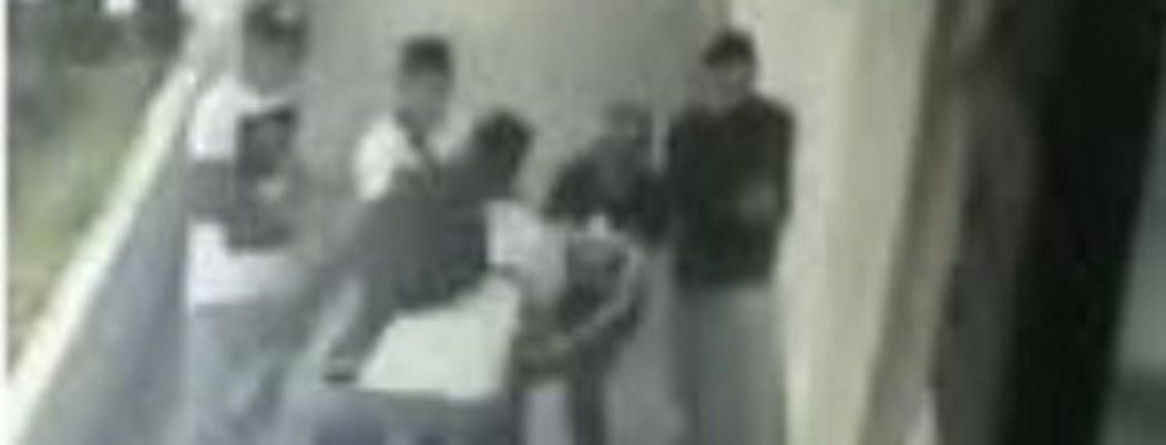 Exhiben a jóvenes pandilleros asaltando adolescentes en la CDMX