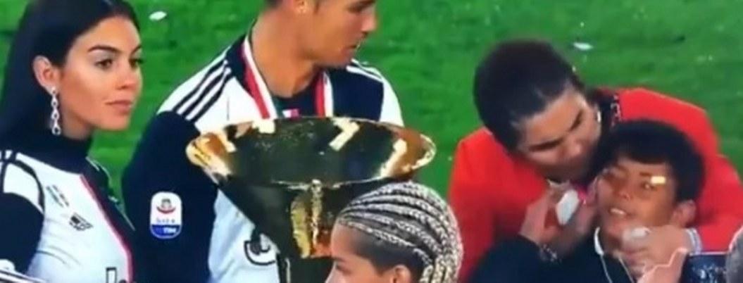 Cristiano tan emocionado con su trofeo que golpea a su hijo con el
