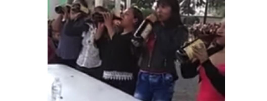 Secundaria en Tlaxcala celebra a las madres con concurso de caguamas