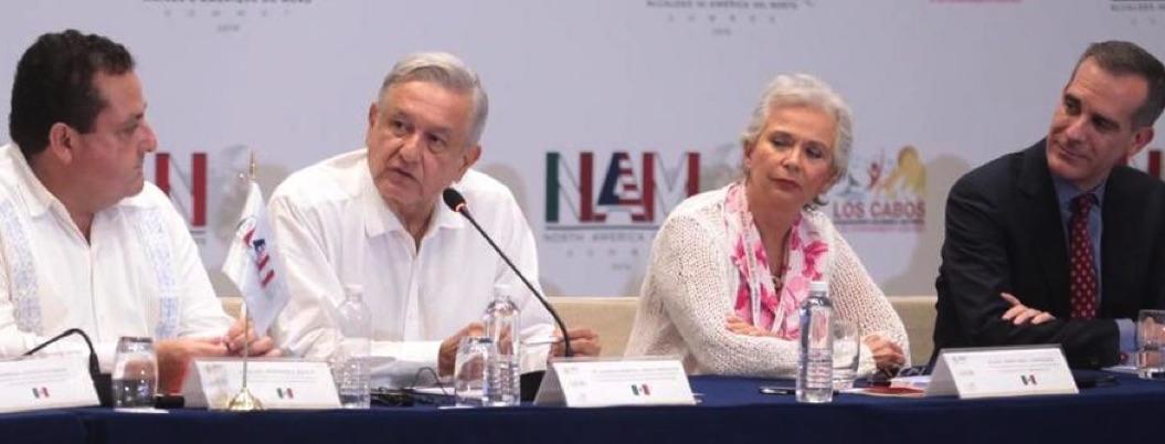 """AMLO recita poemas ante alcaldes de EU; """"miren al sur"""", pide"""