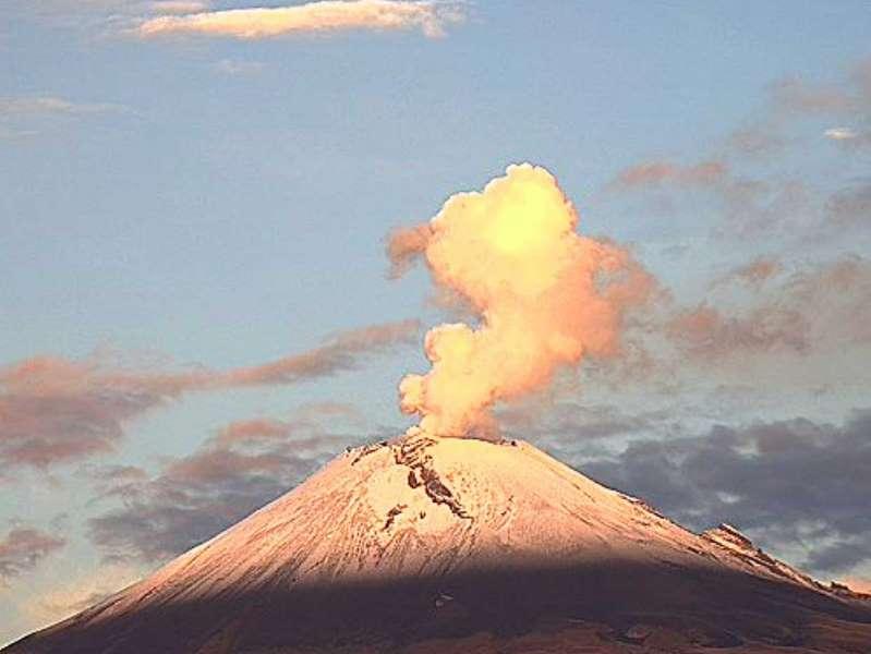 Popocatépetl emite fumarola de agua y gases