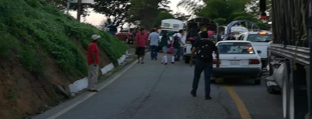 Campesinos mantienen bloqueo carretero por quinto día en Tecoanapa