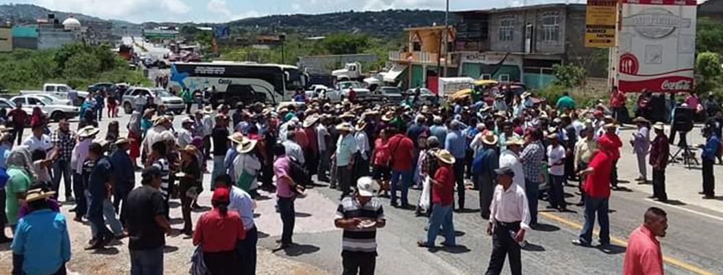 Campesinos bloquean carretera en Tierra Caliente por fertilizante