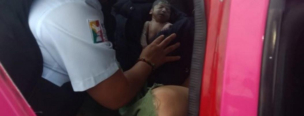 Mujer no llega al hospital y da a luz dentro de un taxi en Neza
