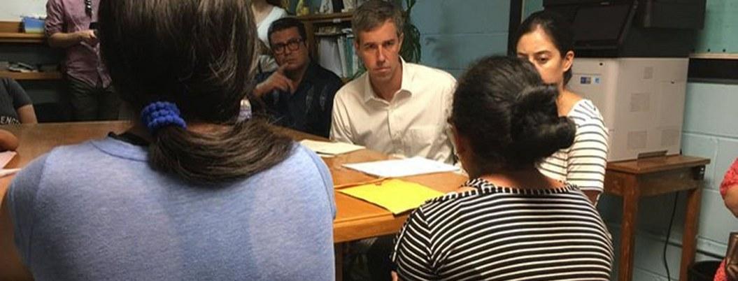 Precandidato demócrata visitó a migrantes que esperan en Juárez