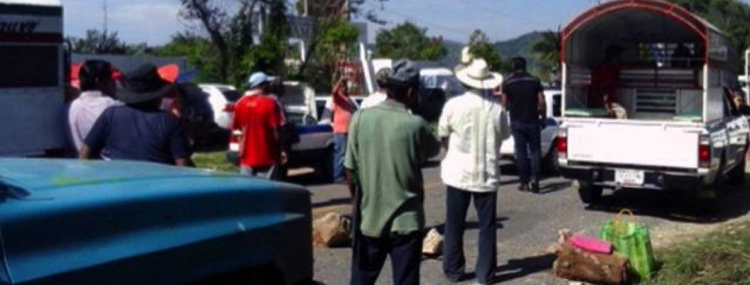 Campesinos de Tecoanapa aún retienen a siete Servidores de la Nación