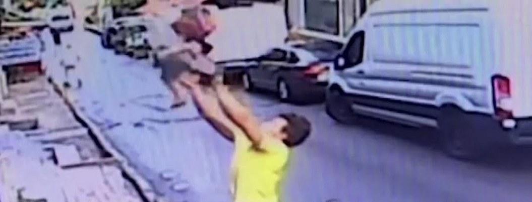 Joven salva a bebé de mortal caída; la cacha cuando cayó por la ventana