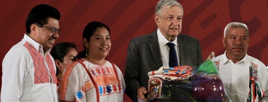 AMLO entrega dinero de subastas a comunidades de La Montaña, Guerrero
