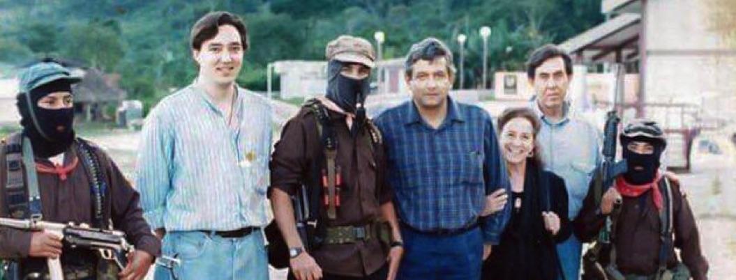 Obrador presume foto con Subcomandante Marcos tomada en 1994