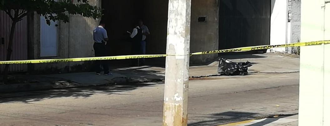 Abandonan cuerpo desmembrado frente a negocio en Acapulco