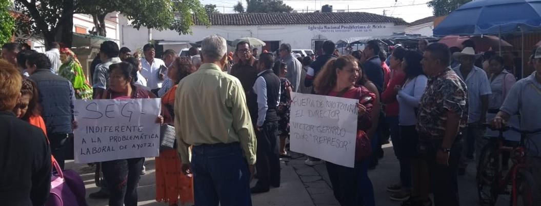 Maestros de normal de Ayotzinapa protestan por inoperancia de Astudillo