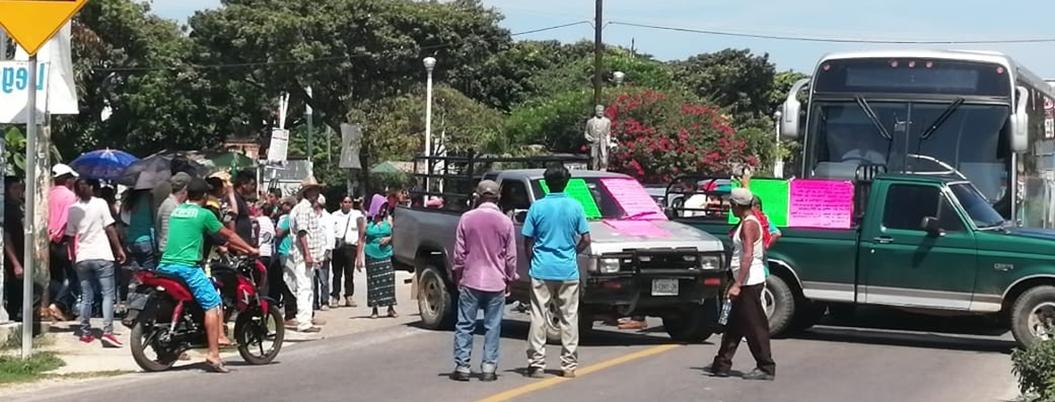 Campesinos bloquean carretera en Atoyac por fertilizante