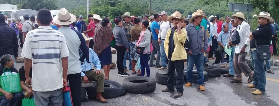 Campesinos bloquean carretera por retraso del fertilizante en Tixtla