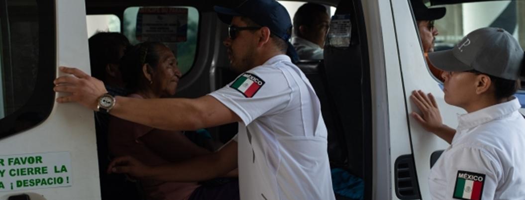 Trabajadores del INM extorsionan a cubanos, denuncian