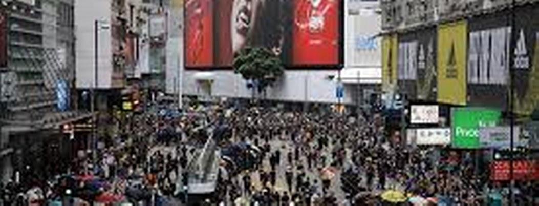 Hongkoneses desafían a la policía y realizan marcha prohibida