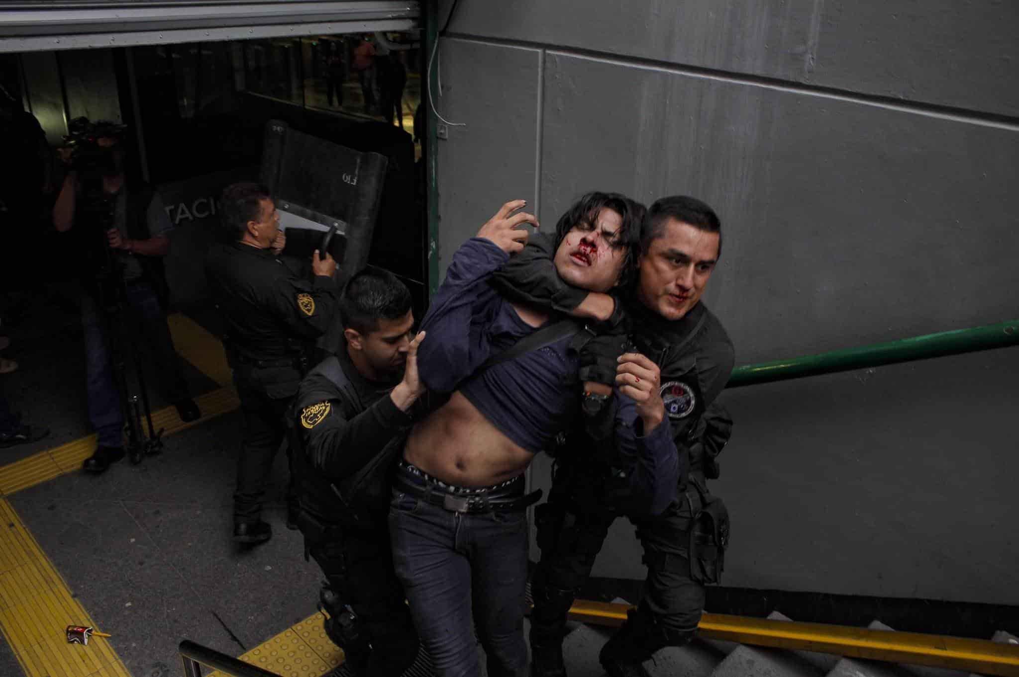 Exigen la renuncia de Enrique Alfaro por represión de jóvenes