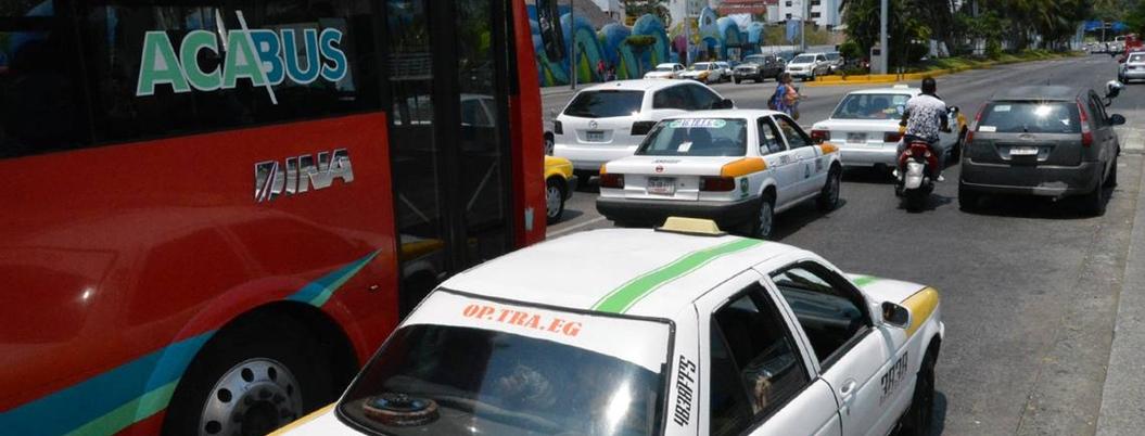Acapulqueños se lanzan contra el transporte público