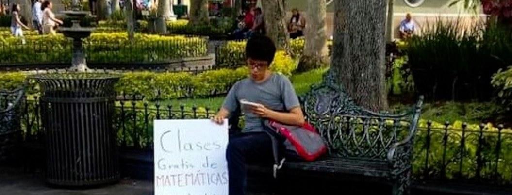 Joven se vuelve viral por dar clases gratis en un parque de Veracruz