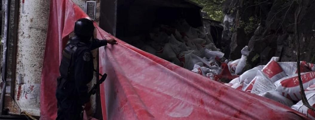 Tráiler con fertilizante vuelca en sierra de Zihuatanejo