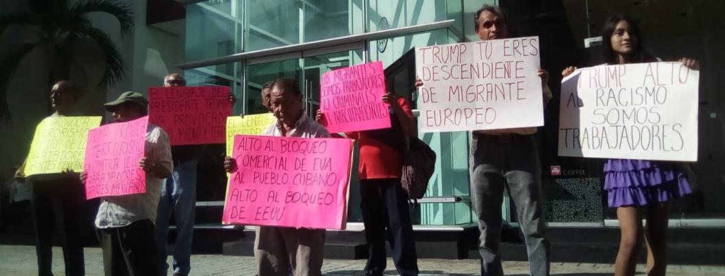 Exmigrantes protestan contra racismo de Trump en Consulado de Acapulco