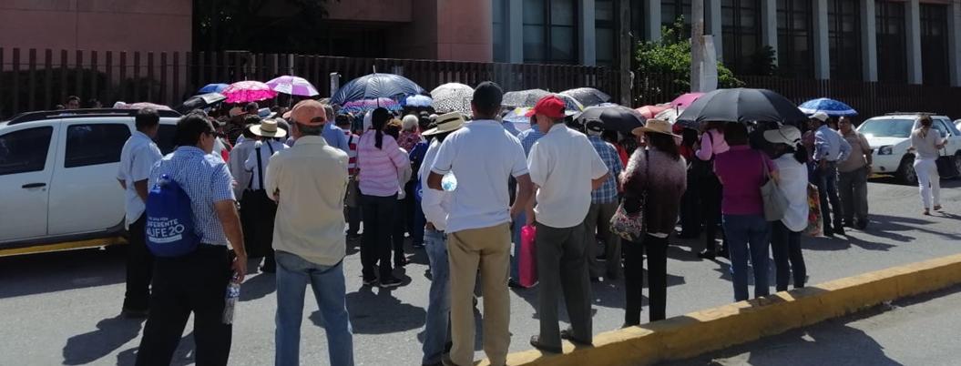 Jubilados de la UAGRO exigen pago de prestaciones en Congreso local