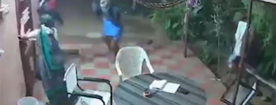 Viralizan video de ancianos defendiéndose de ladrones a chanclazos