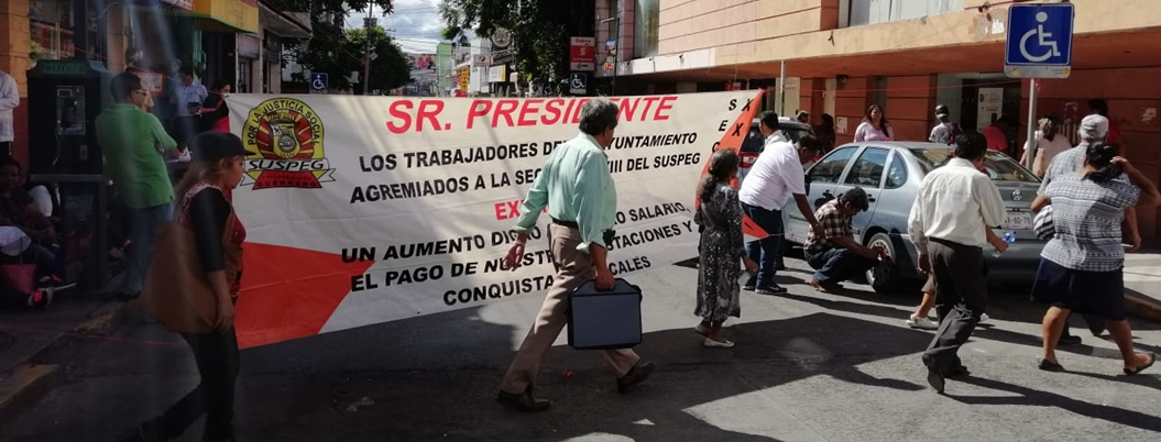 Sindicalizados del Ayuntamiento bloquean el centro de Chilpancingo