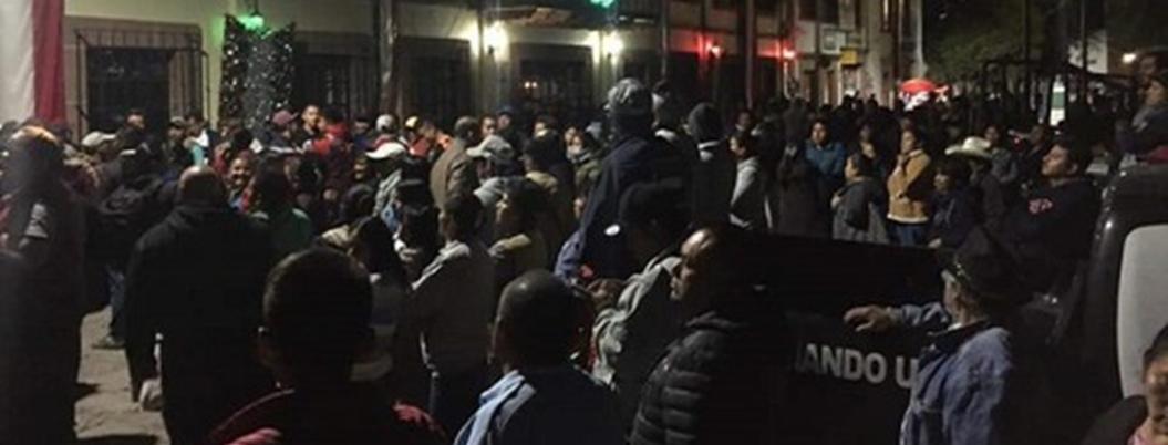 Policías rescatan a 5 delincuentes a punto de ser linchados en Tepetlaoxtoc