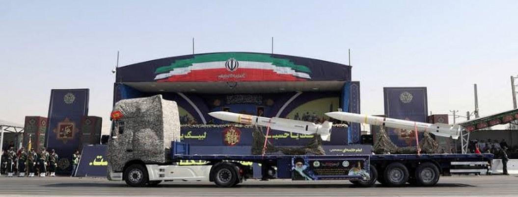 Irán presenta misil balístico de largo alcance durante desfile militar