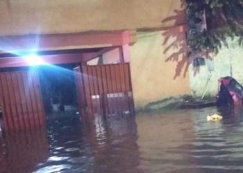 Lluvias tiran bardas, arrastran coches, inundan casas en Cuernavaca 8
