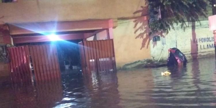Lluvias tiran bardas, arrastran coches, inundan casas en Cuernavaca 1