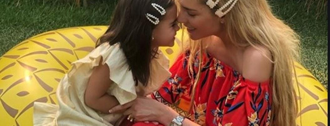 Tunden a Tania Ruiz por maquillar a su hija y presumirla en redes