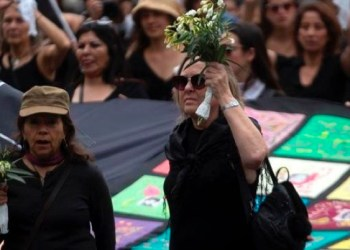 Marchan miles de mujeres vestidas de luto en Chile por crisis social 9