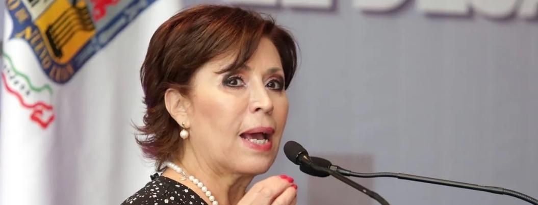 Rosario Robles se dedica a tejer bufandas de los Pumas en la cárcel