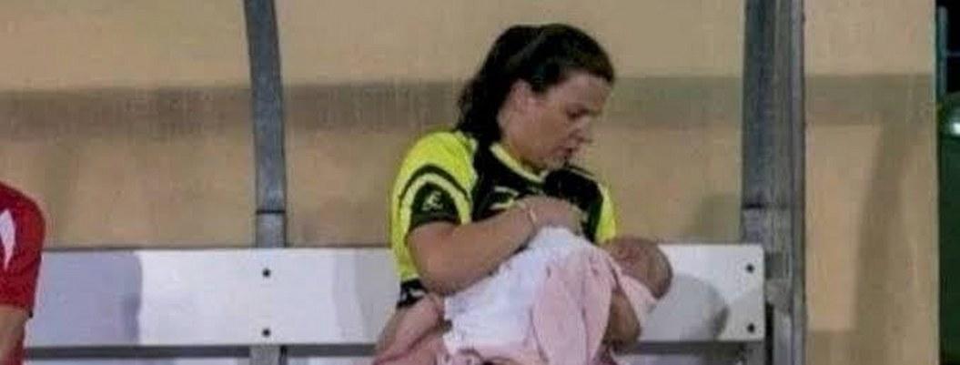 Madre futbolista amamanta a su bebé en los entrenamientos